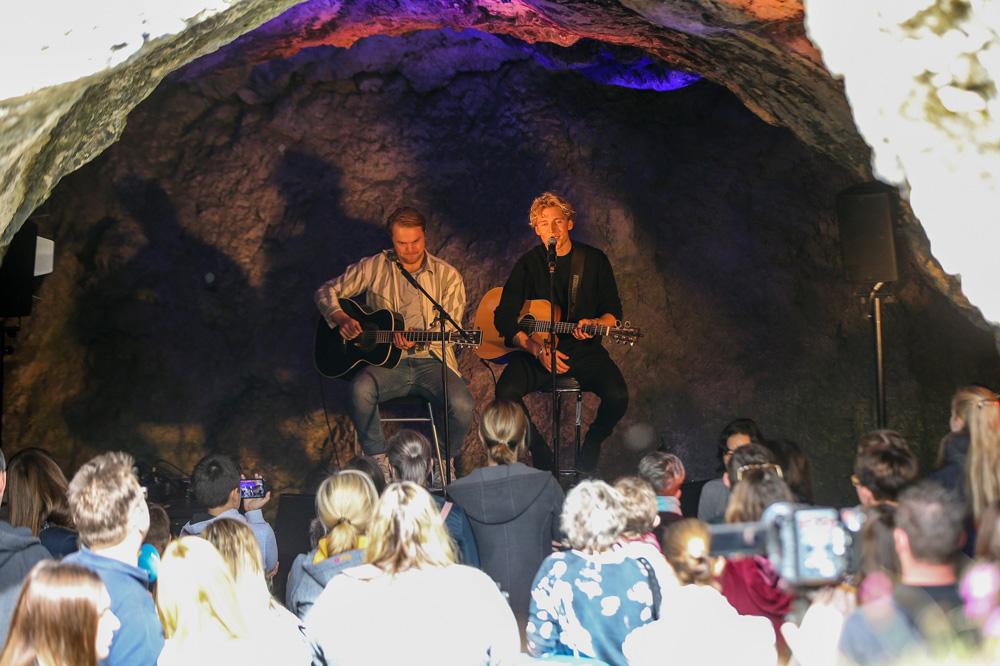 Christopher spielt Akustikkonzert in der Vogelherdhöhle – Foto: thomasmelcher.de