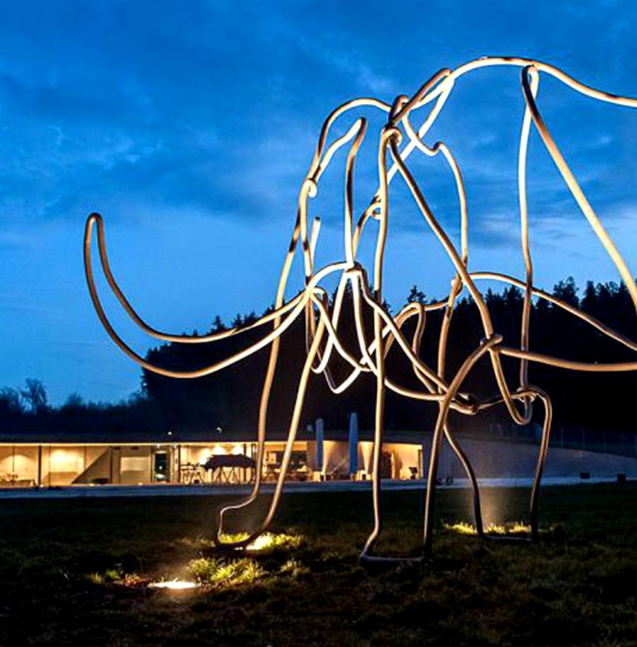 Beleuchtetes Mammut bei Nacht